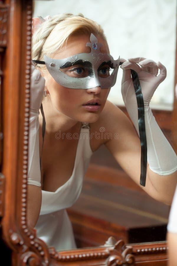 Verticale de belle femme appliquant le masque de carnaval images libres de droits