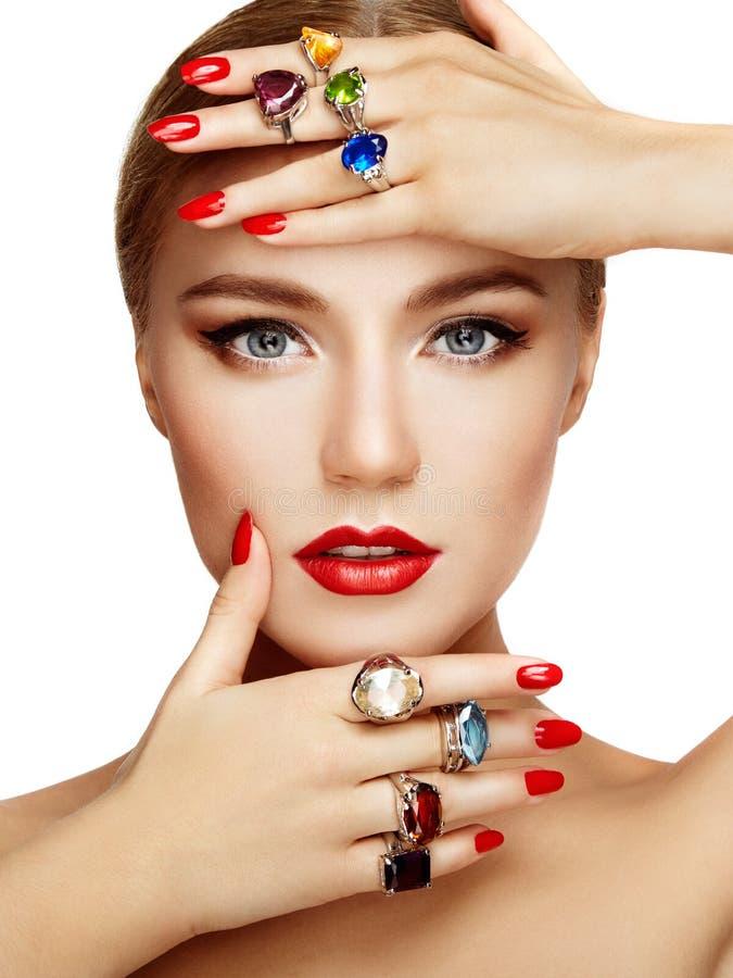 Verticale de belle femme avec le bijou photographie stock