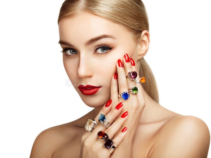 Verticale de belle femme avec le bijou photo libre de droits