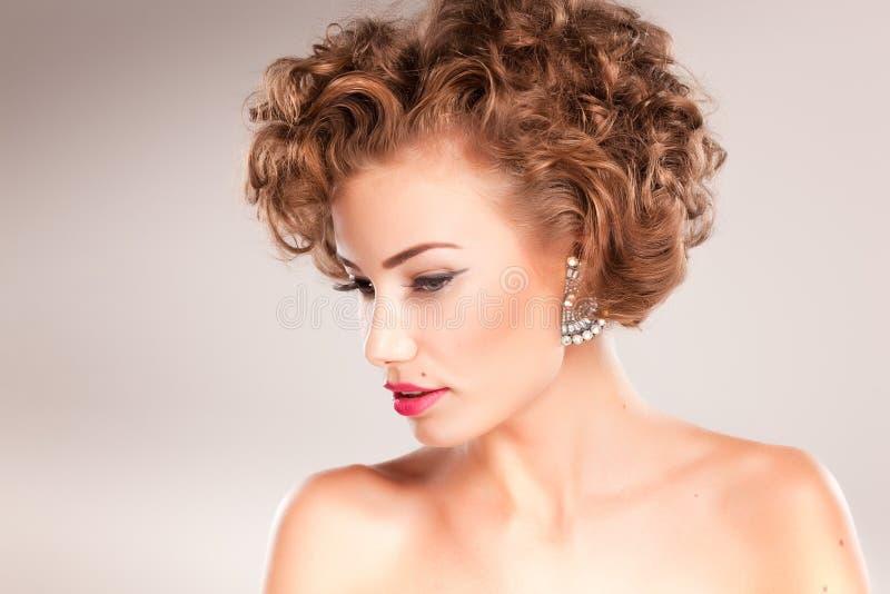 Verticale de belle femme avec le cheveu bouclé photographie stock libre de droits