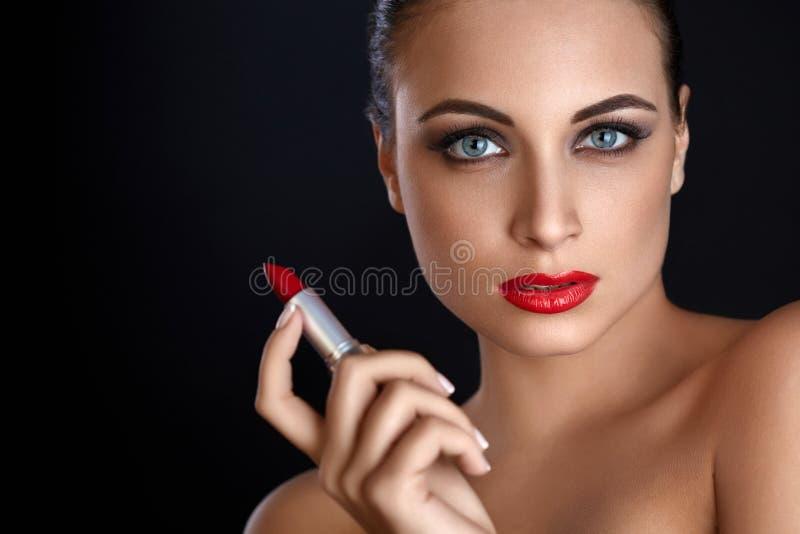 Verticale de belle femme avec le rouge à lievres rouge Languettes rouges image libre de droits