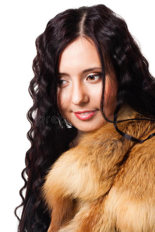 Verticale de belle femme avec le wearin de cheveu bouclé photographie stock libre de droits