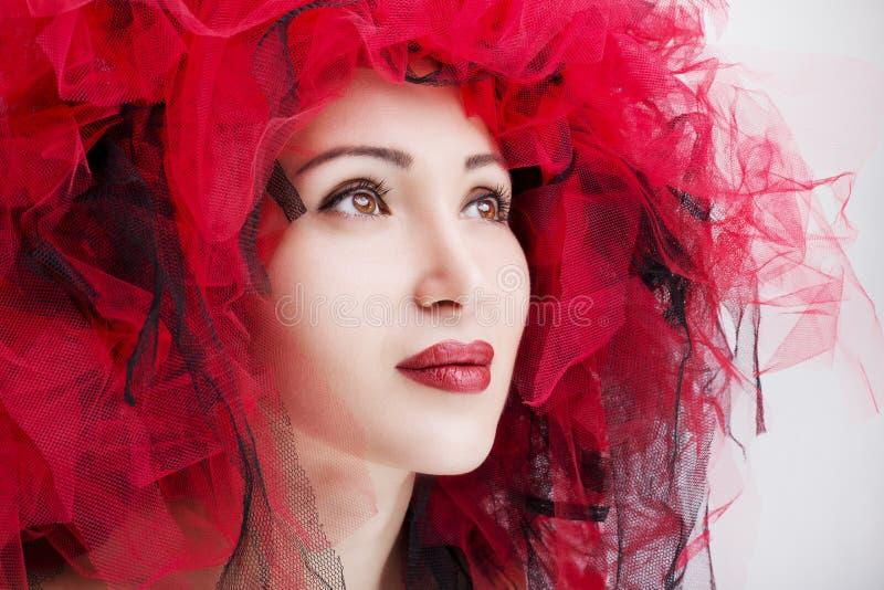 Verticale de belle femme avec les languettes rouges Photo de mode image stock