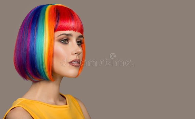 Verticale de belle femme Cheveu color? photographie stock