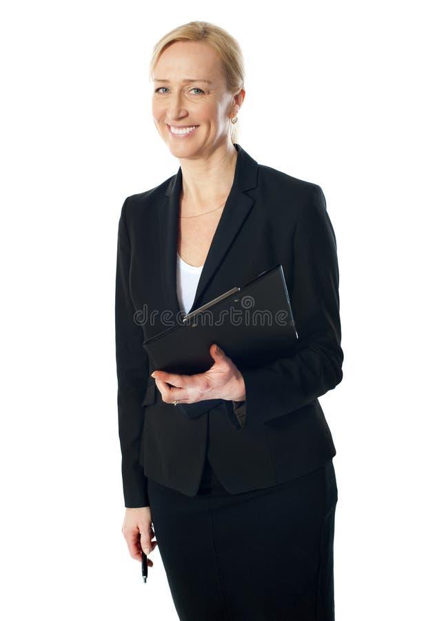 Verticale de belle femme d'affaires caucasienne photo stock