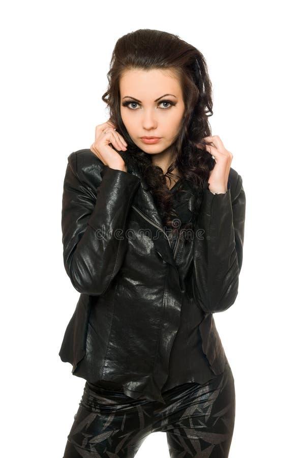 Verticale de belle femme dans des vêtements noirs photos libres de droits