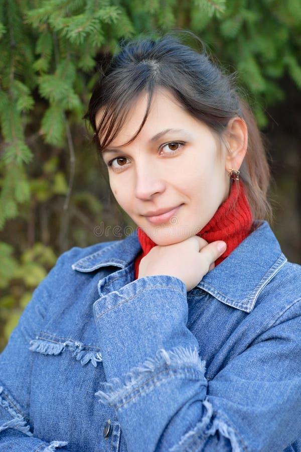 Verticale de belle femme dans la forêt impeccable. photos stock