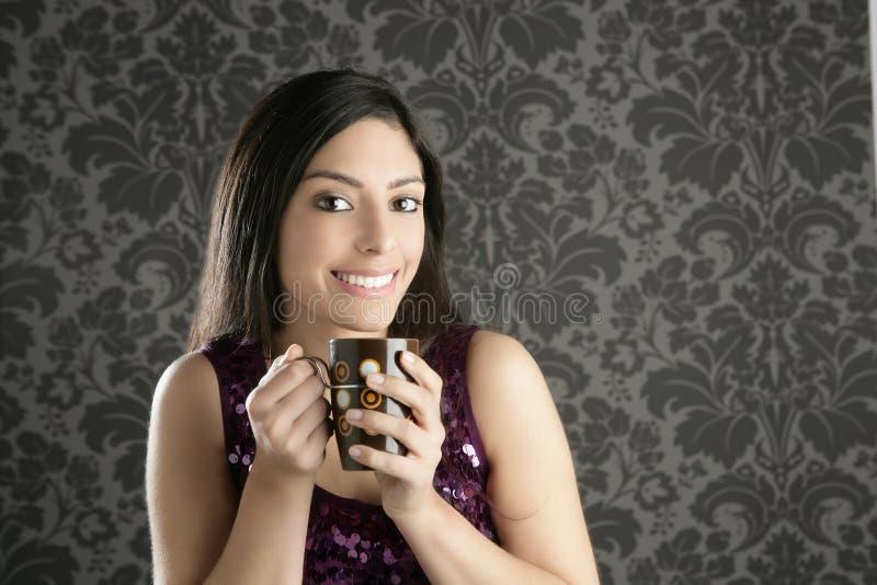 Verticale de belle femme de brunette de cuvette de café rétro photographie stock libre de droits