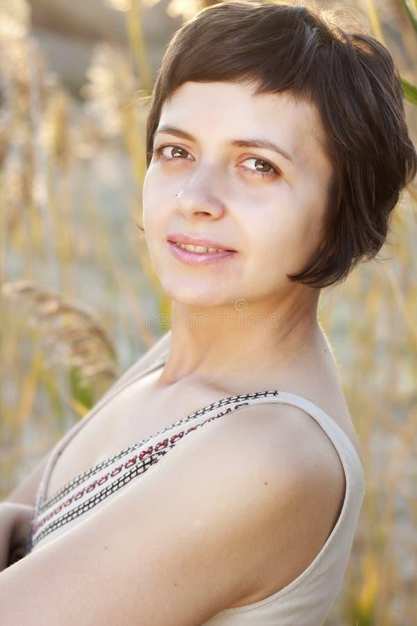 Verticale de belle femme de brunette en été image libre de droits