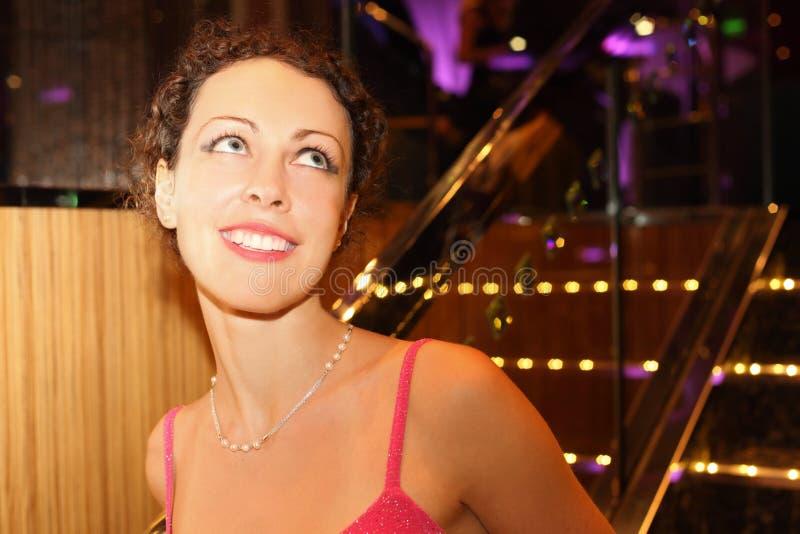 Verticale de belle femme de sourire photos libres de droits