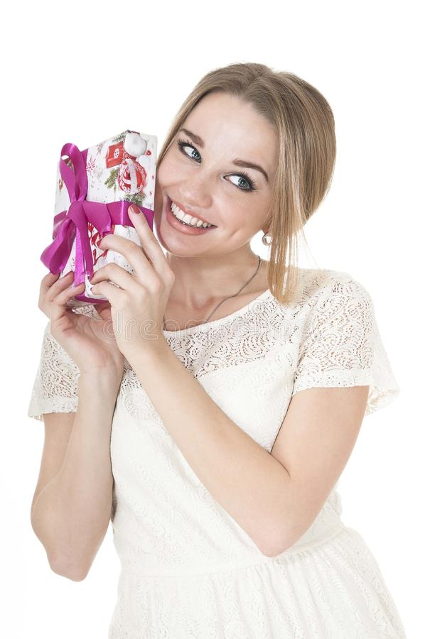 Verticale de belle femme heureuse avec une boîte-cadeau. images stock