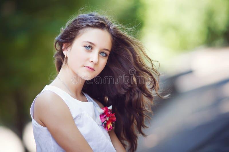 Verticale de belle fille image libre de droits