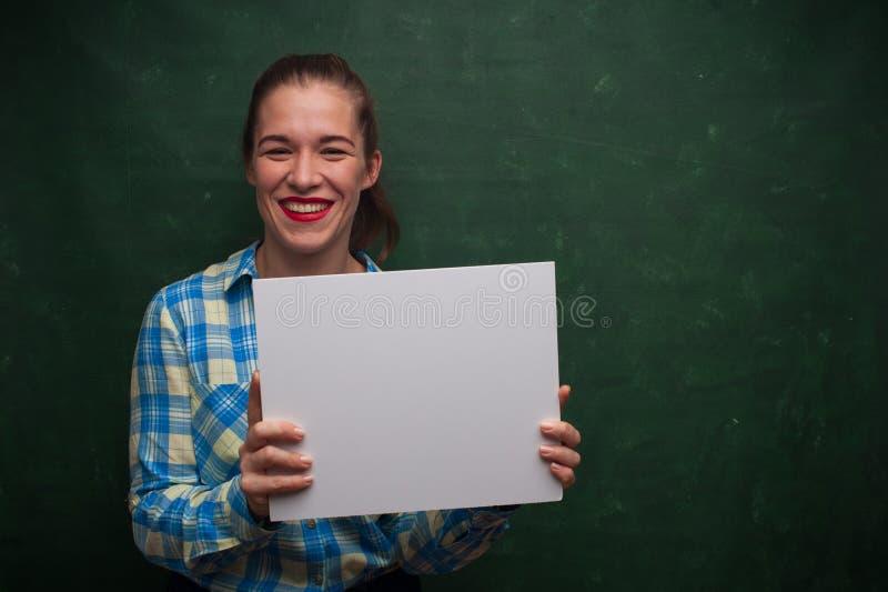 Verticale de belle fille d'étudiant image libre de droits