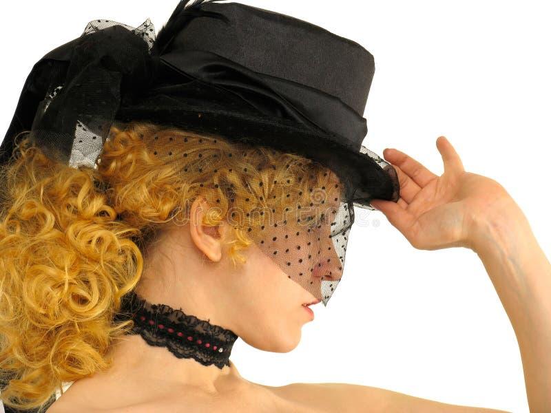 Verticale de belle fille dans le rétro chapeau en soie et voile images libres de droits
