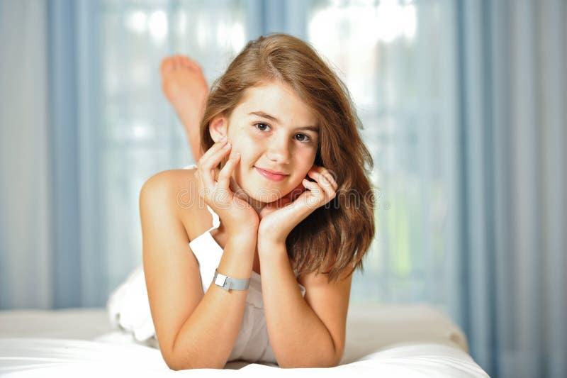 Verticale de belle fille de l'adolescence de sourire à la maison photo libre de droits
