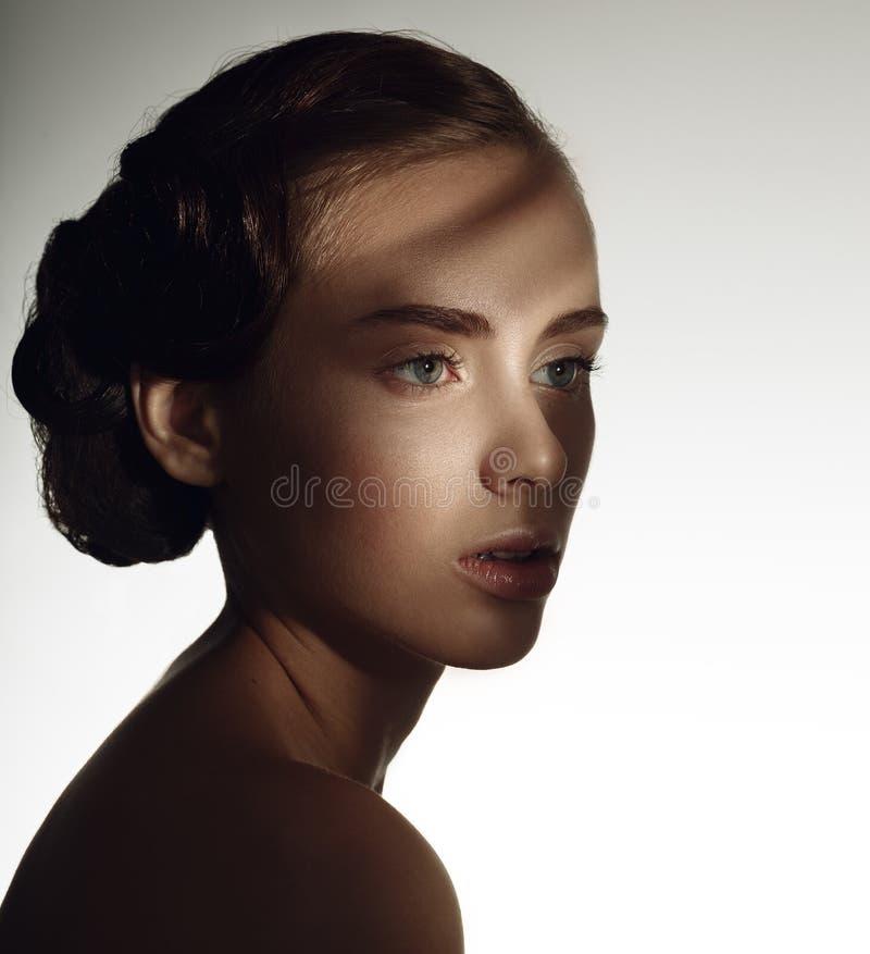 Verticale de belle fille Modèle pur de beauté Lumière mystérieuse photos libres de droits