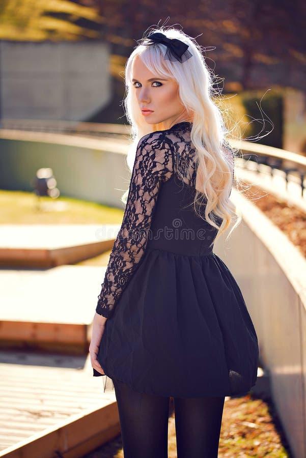 Verticale de belle jeune femme à l'extérieur images stock