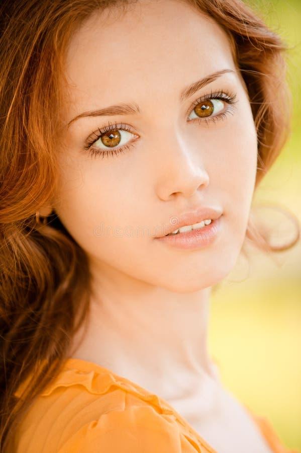 Verticale de belle jeune femme images libres de droits
