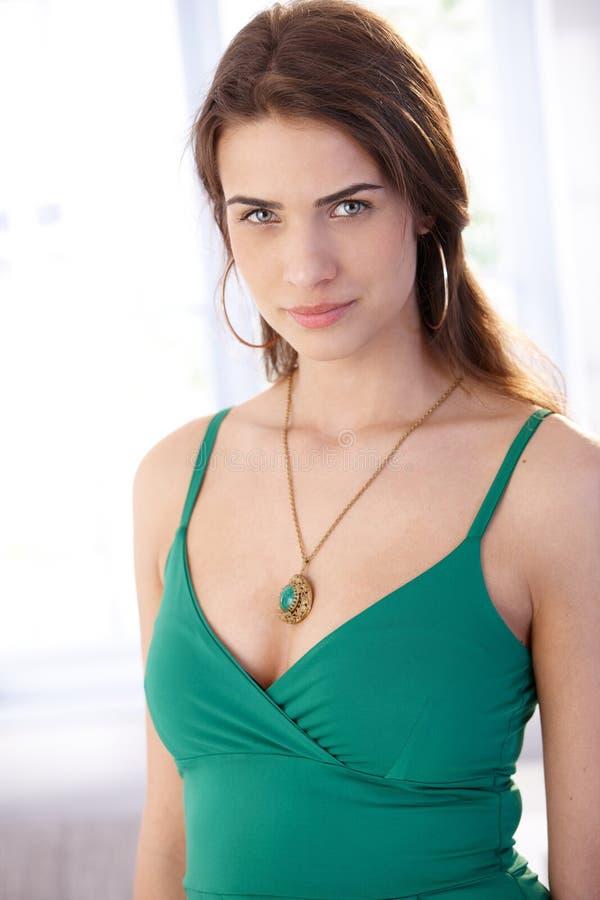 Verticale de belle jeune femme photos libres de droits