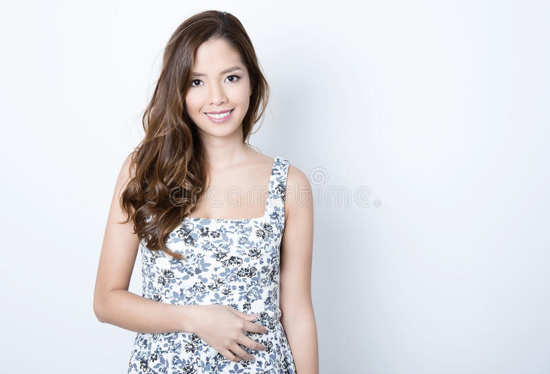 Verticale de belle jeune femme asiatique image stock