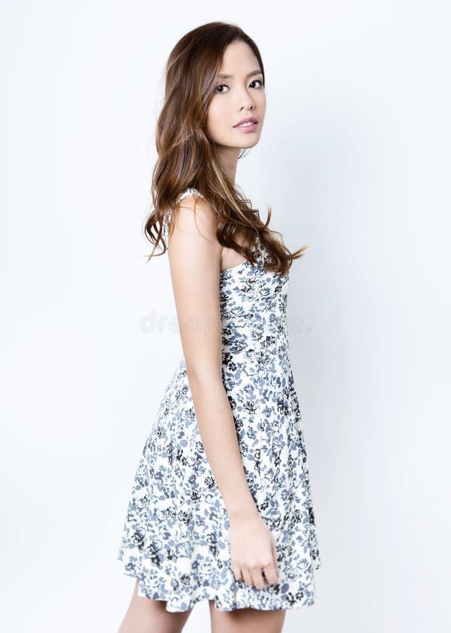 Verticale de belle jeune femme asiatique photo stock