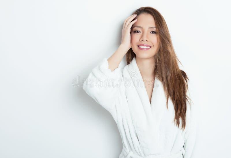 Verticale de belle jeune femme asiatique photo libre de droits
