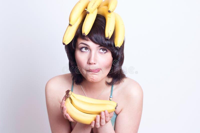 Verticale de belle jeune femme avec le fruit photo libre de droits