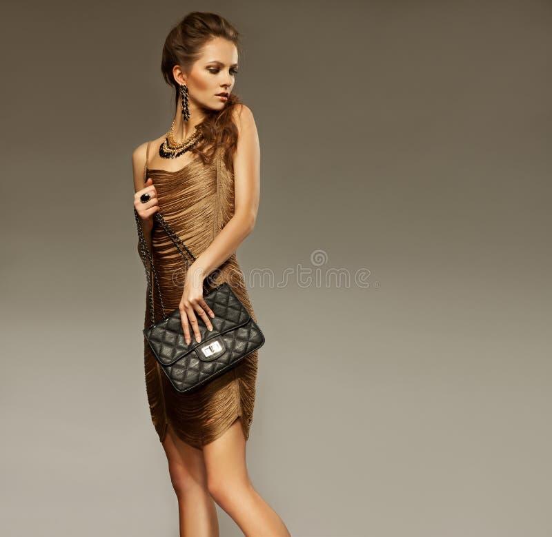 Verticale de belle jeune femme avec un sac en cuir Mode pH photos libres de droits