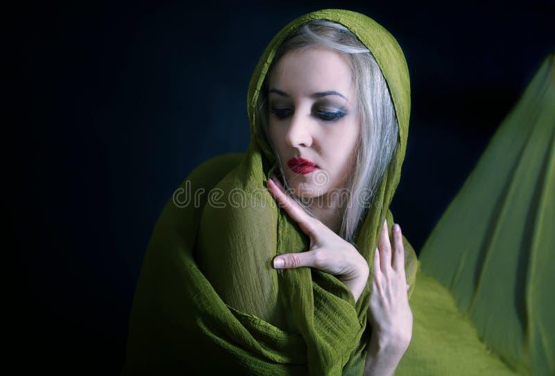 Verticale de belle jeune femme dans la robe verte photo stock