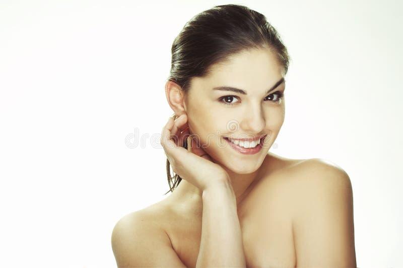 Verticale de belle jeune femme heureuse photographie stock libre de droits