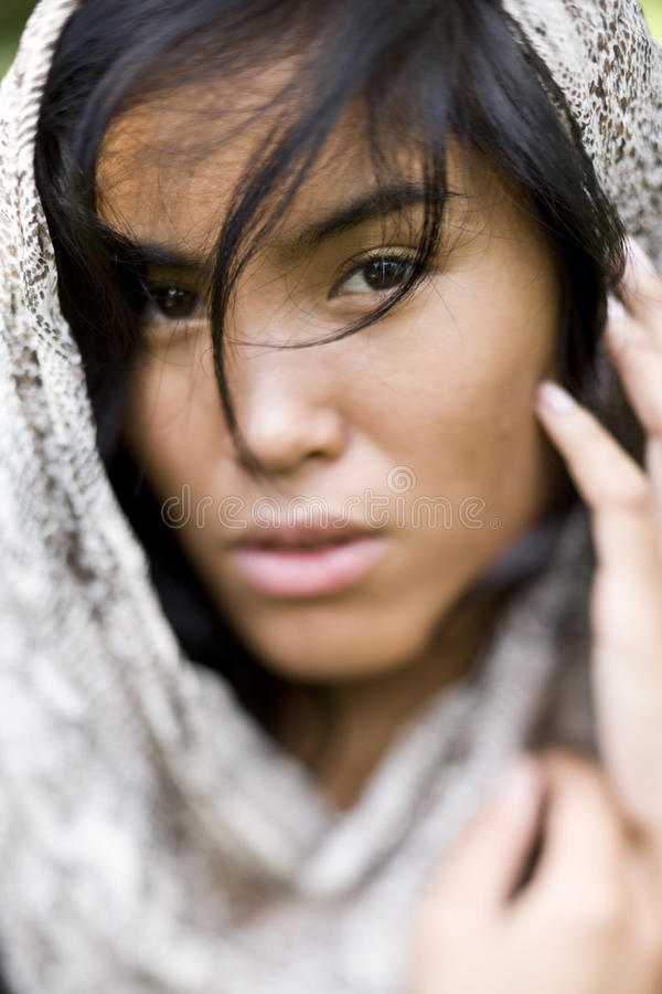 Verticale de belle jeune femme Pacifique d'insulaire image stock