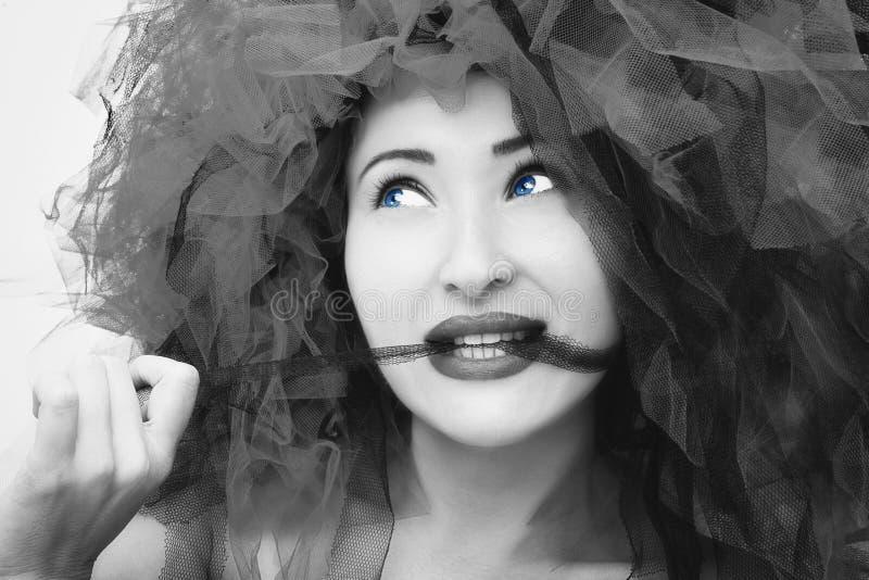 Verticale de belle jeune femme Photo de mode dans l'effet noir et blanc photographie stock libre de droits