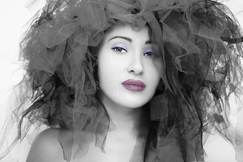 Verticale de belle jeune femme Photo de mode dans l'effet noir et blanc images libres de droits