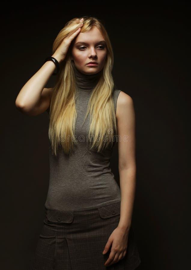 Download Verticale De Belle Jeune Fille Blonde Dans La Robe Noire Image stock - Image du club, femelle: 77151725