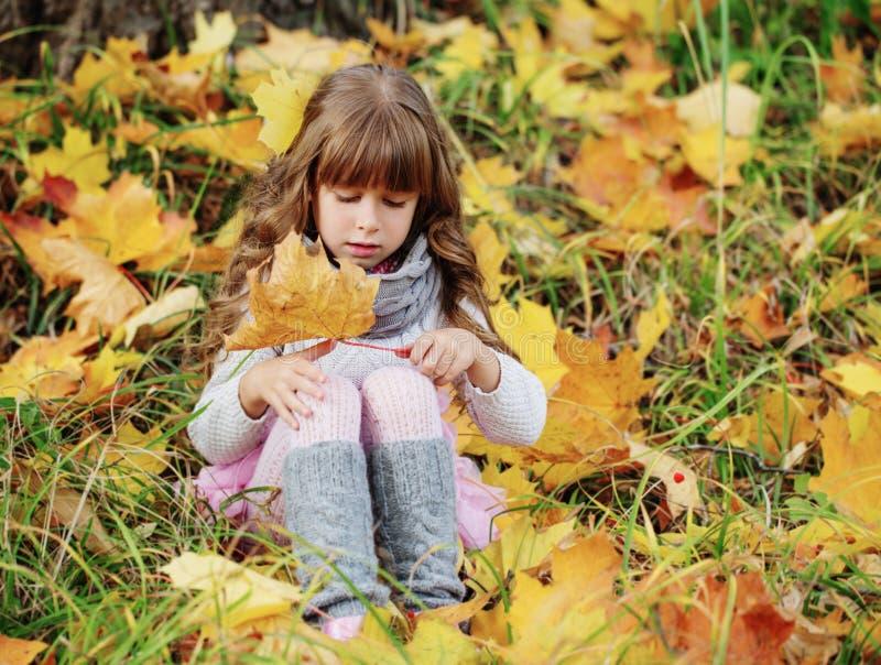 Verticale de belle petite fille photo libre de droits