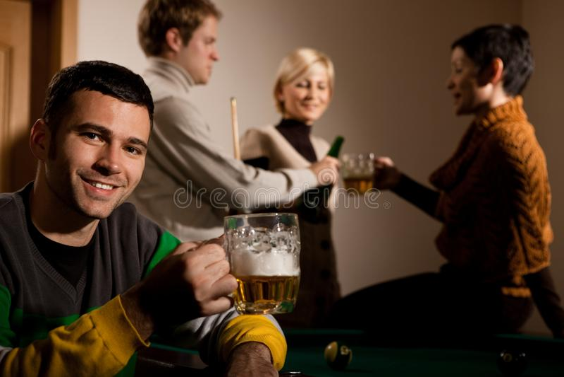 Verticale de bière potable de l'homme au billard photographie stock