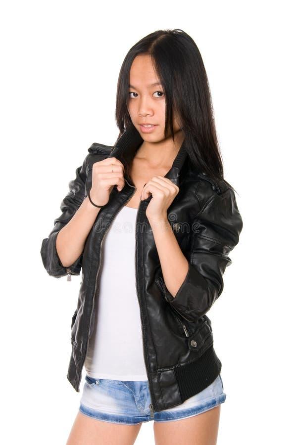 Verticale de brunette dans une jupe en cuir image libre de droits