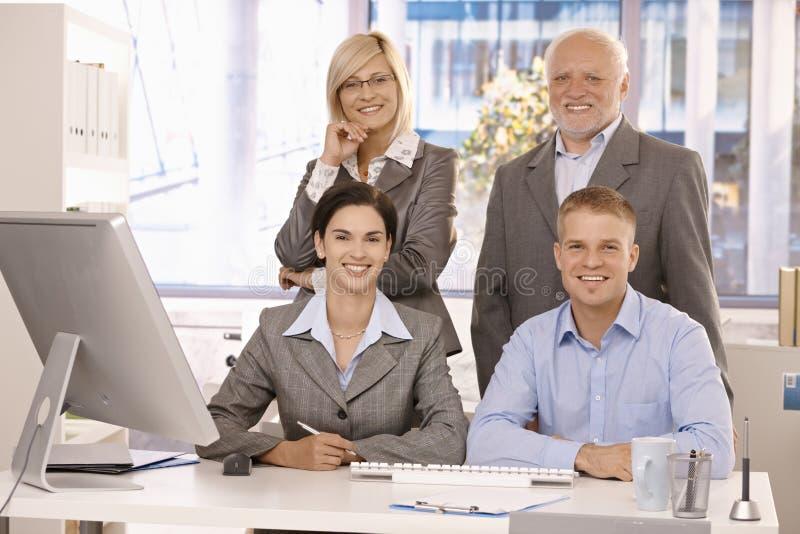Verticale de businessteam confiant dans le bureau image stock