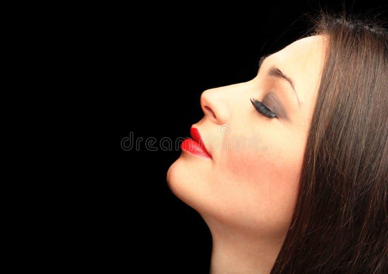 Verticale de charme d'une femme sur le noir photo stock
