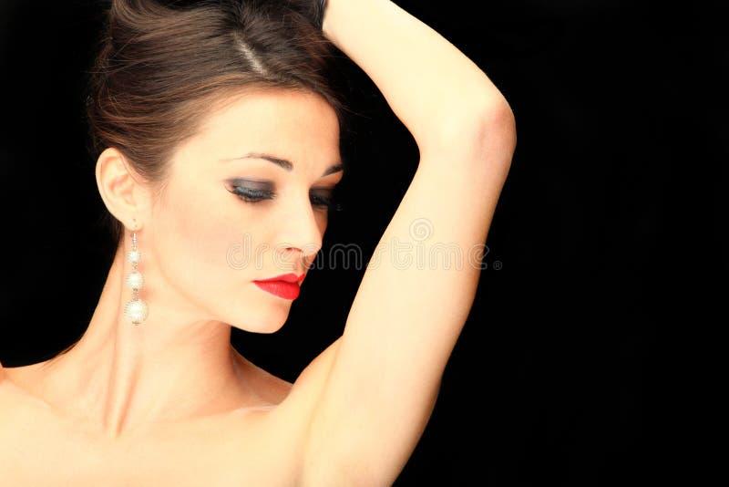 Verticale de charme d'une femme sur le noir photographie stock