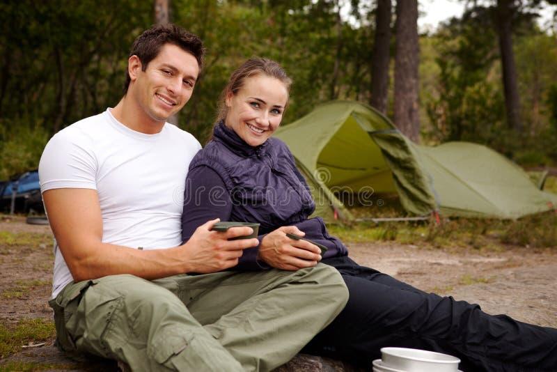 Verticale de couples extérieure image stock