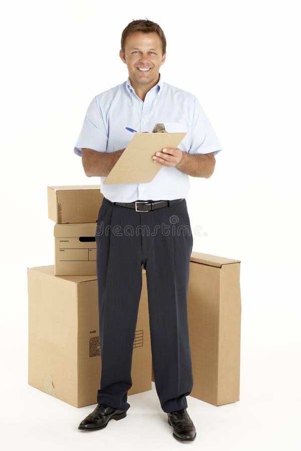 Verticale de courier restant à côté des colis images libres de droits