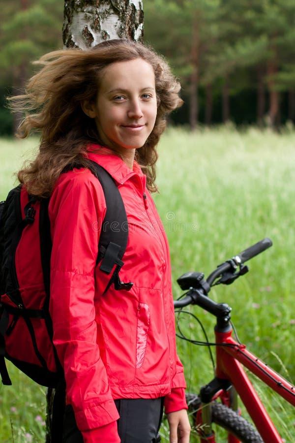 Verticale de cycliste heureux de sourire de femme photographie stock