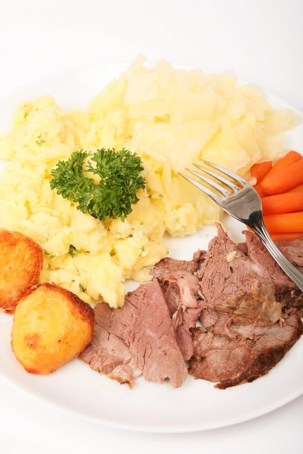 Verticale de dîner d'agneau et de légume de rôti photographie stock