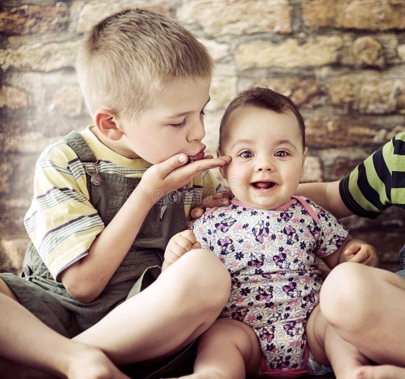 Verticale de deux enfants mignons photo libre de droits