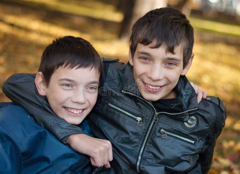 Verticale de deux frères photo libre de droits