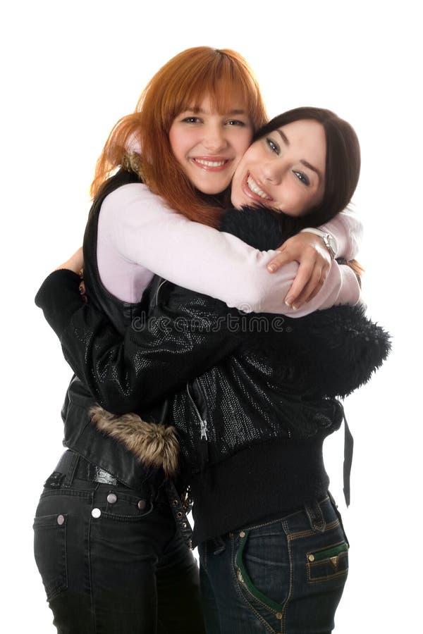 Verticale de deux jeunes femmes heureuses photo libre de droits