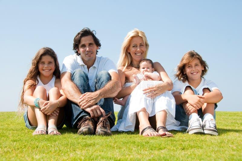 Verticale de famille à l'extérieur images libres de droits