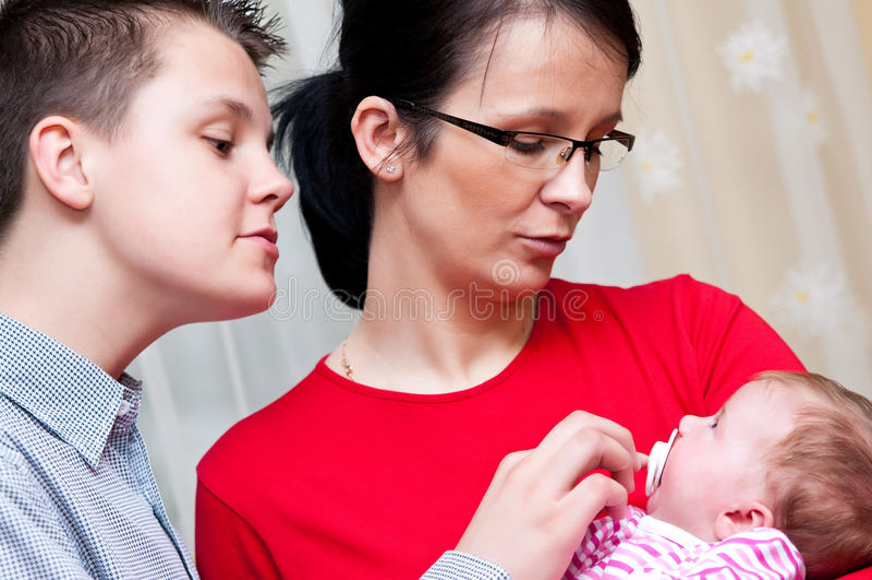Verticale de famille avec la chéri photographie stock libre de droits