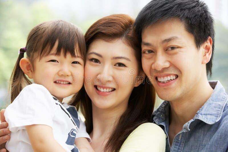 Verticale de famille chinoise avec le descendant en stationnement photo stock